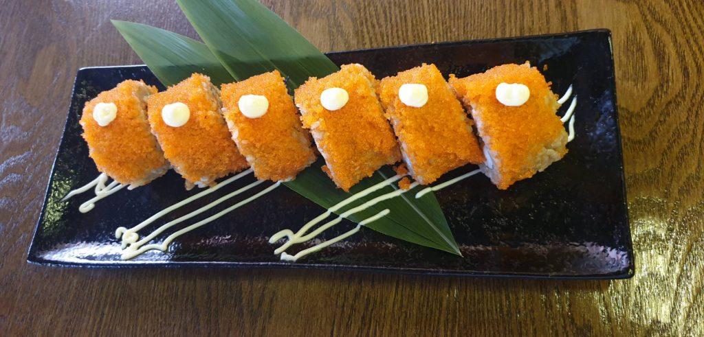 ซูชิปลาแซลมอนกับไข่ปลาแซลมอนโรล